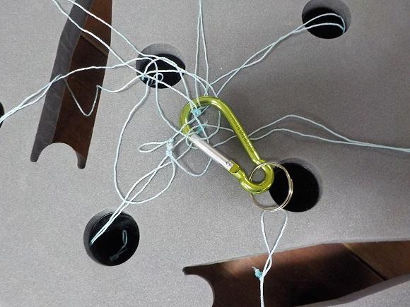 コーンを紐で留める3