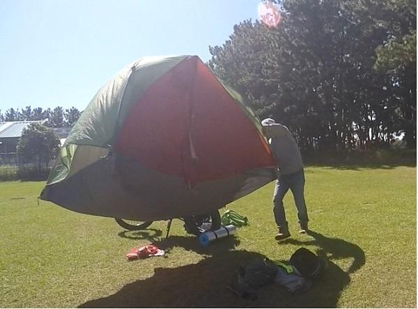 テントの設営風景2