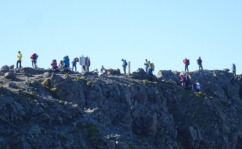 単眼鏡で山頂の人を確認