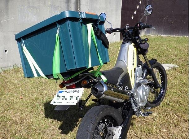 ホムセン箱を荷締めロープでバイクに固定