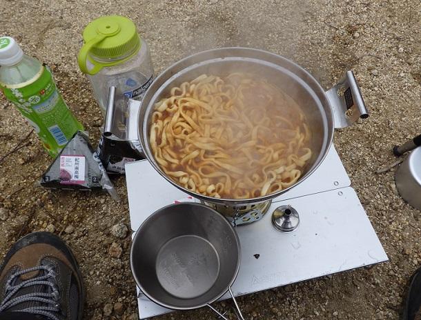 御在所山頂 昼食の味噌煮込みうどん