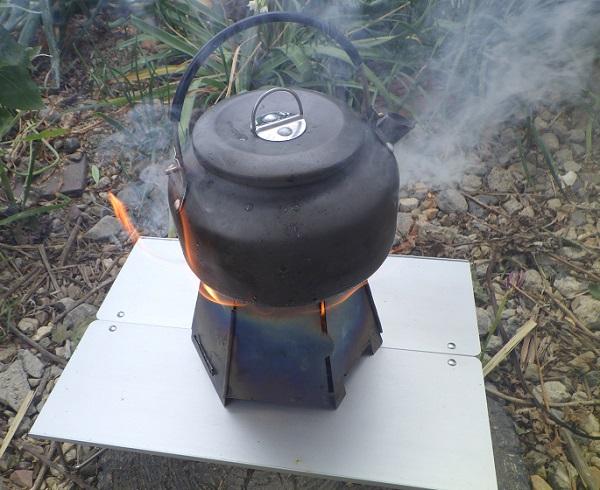 バーゴのウッドストーブでお湯を沸かす