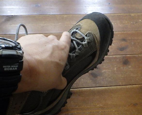 手で靴を押さえて違和感がないかチェック