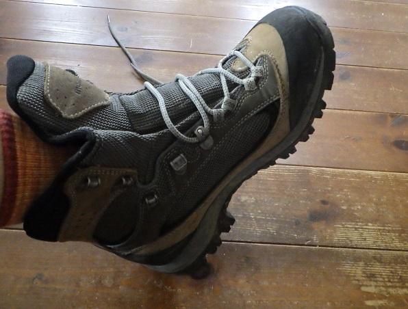登山靴の踵を床に叩きつける