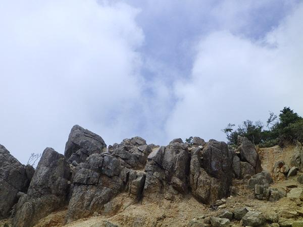 武平峠から御在所岳への登山道で青空