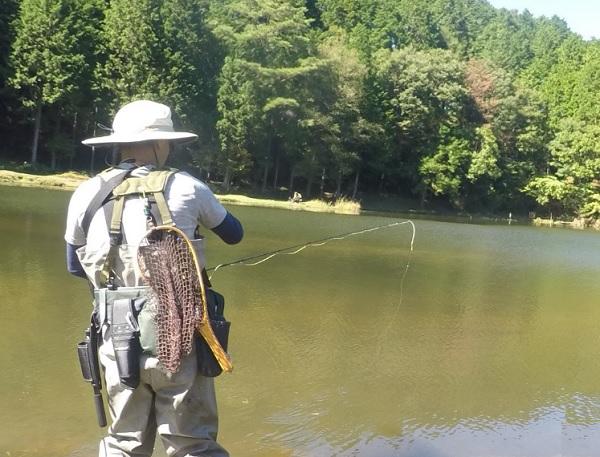 段戸湖 ウェーダーに「着替え釣りを開始