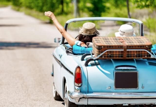 夏のオープンカーのドライブにはストローハットがおすすめ