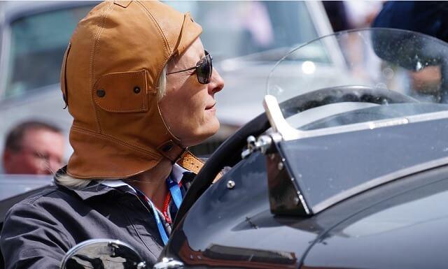 オープンカーにパイロットハットが似合う