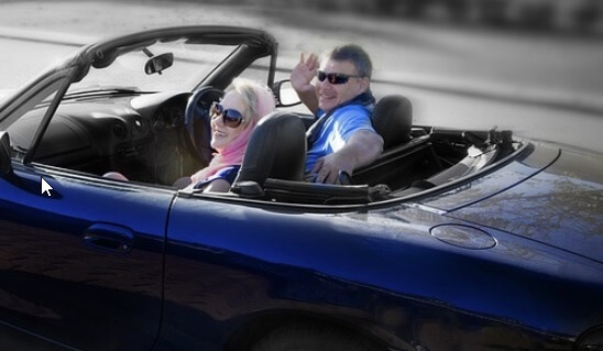 オープンカーのドライブには偏光サングラスがおすすめ