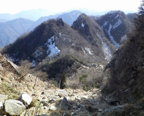 鎌ヶ岳山頂へ続く岩稜