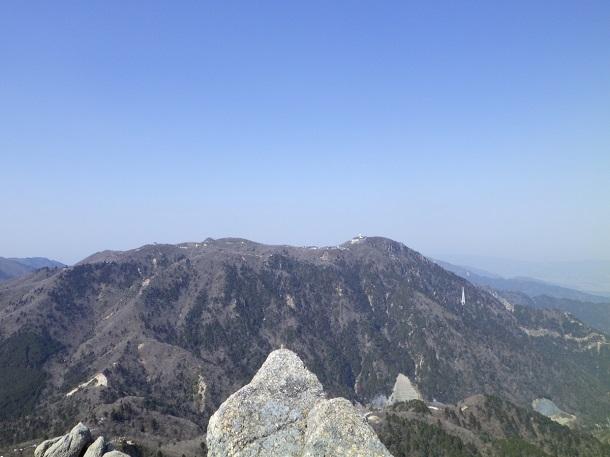 鎌ヶ岳から見た御在所岳