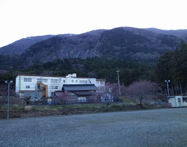 西藤原小学校 駐車場