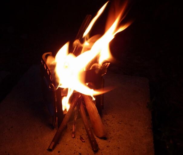 ミニ焚き火台で焚火