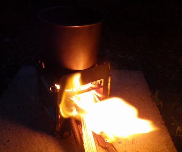 ミニ焚き火台でお湯を沸かす