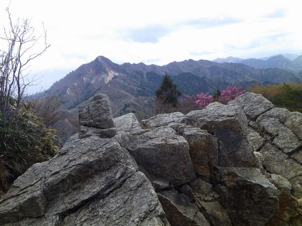 岩稜に向こうに見える鎌ヶ岳