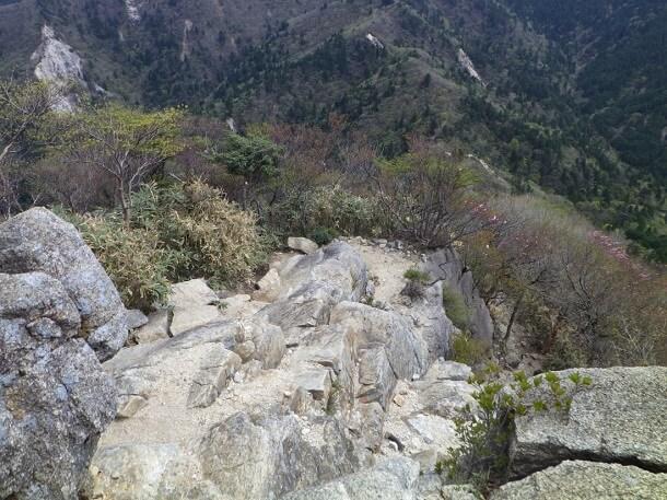 急斜面の岩場