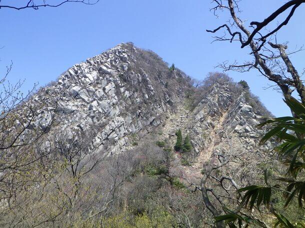 岳峠から見た鎌ヶ岳の山頂