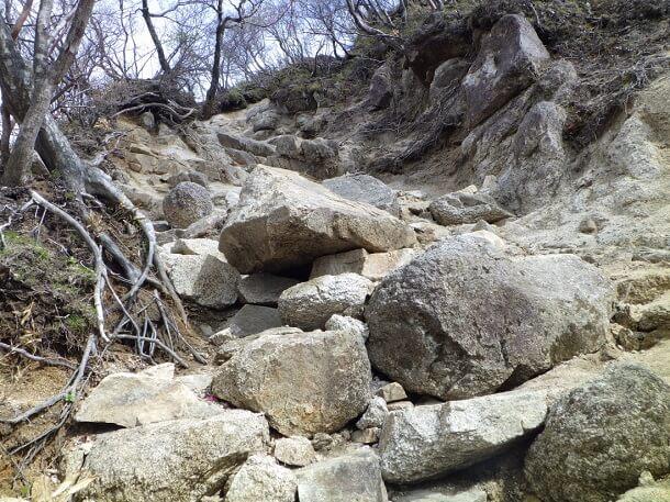 ゴロ岩の転がる掘割