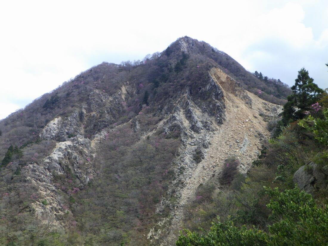 武平峠側から見る鎌ヶ岳