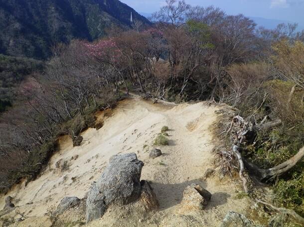 見晴らしのよい長石尾根登山道