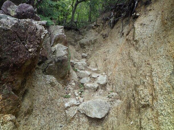 堀割上の登山道