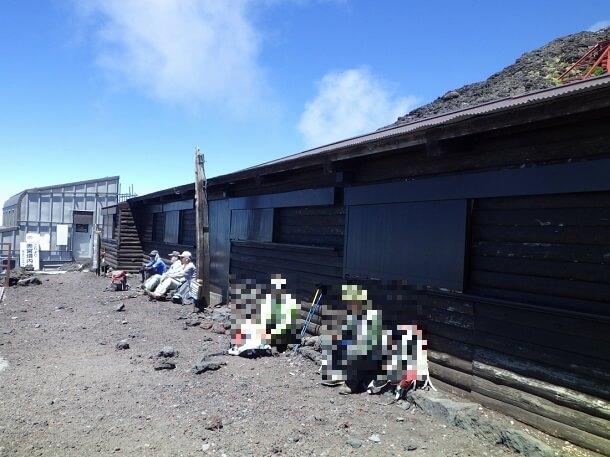 山開き前の富士山8合目で休憩