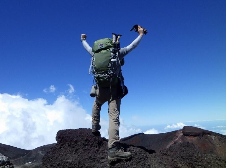 富士山 剣ヶ峰の一番高い所でバンザーン