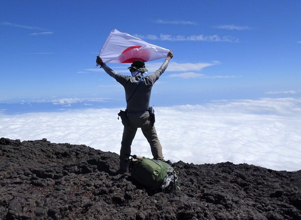 富士山山頂で日の丸を揚げる