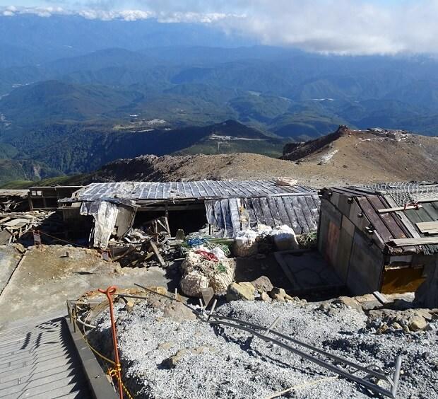 御嶽山 噴火で破壊された避難小屋