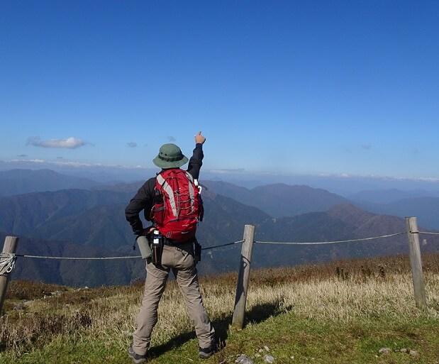 伊吹山山頂から北アルプスを眺めるflyder