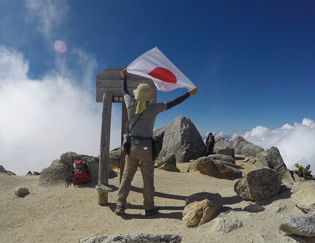 甲斐L駒ヶ岳頂上 日の丸