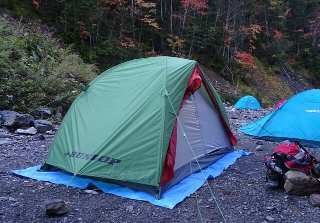 長衛小屋テント場でテントを張る