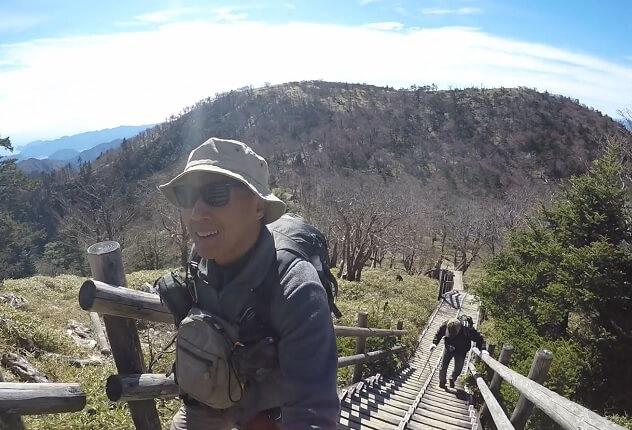 日出ヶ岳山頂への階段を登り切る