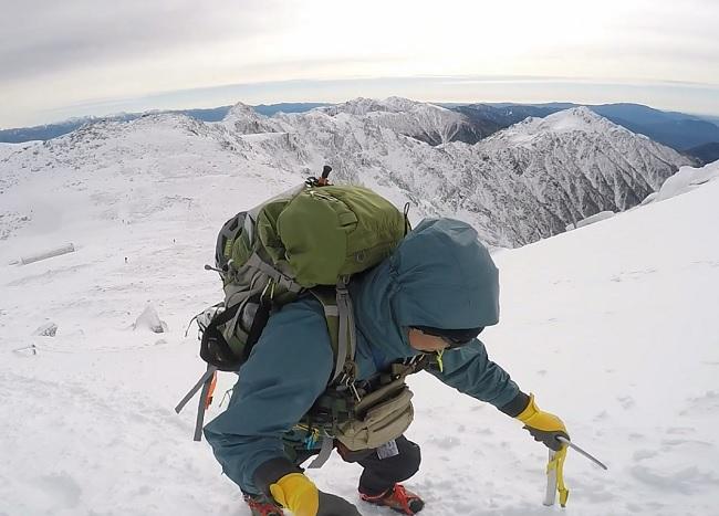 木曽駒山頂に向けて登るflyder