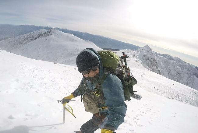 木曽駒ヶ岳 稜線で強風に煽られる