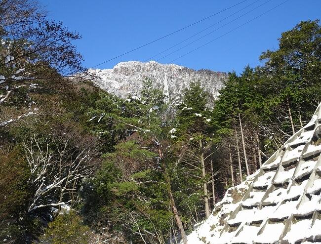 登山口から見える冬の御在所岳