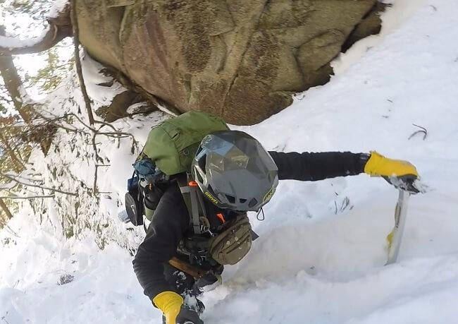 御在所登山 雪深い谷を歩く