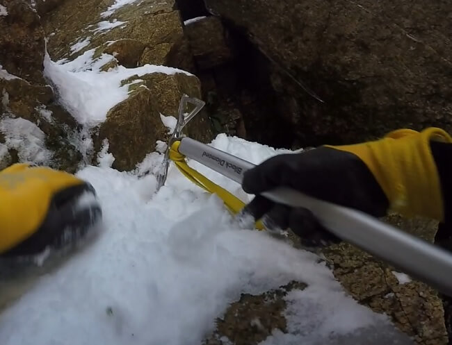 御在所岳 ピッケルのピックを使って岩を登る