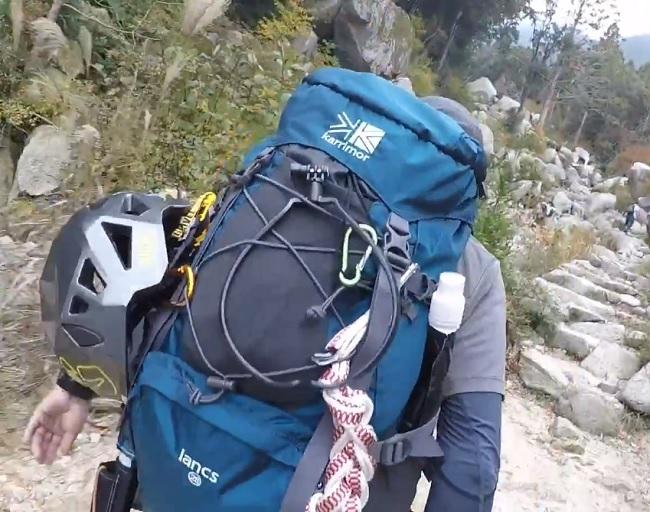 登山ヘルメットをリュックに吊るす