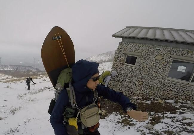 避難小屋から伊吹山頂に向け出発