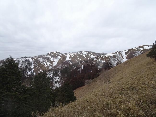 遠足尾根から見える竜ヶ岳山頂