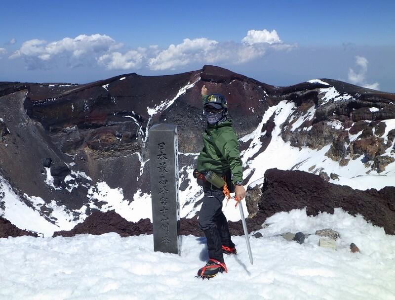 残雪期の富士山 剣ヶ峰で記念撮影