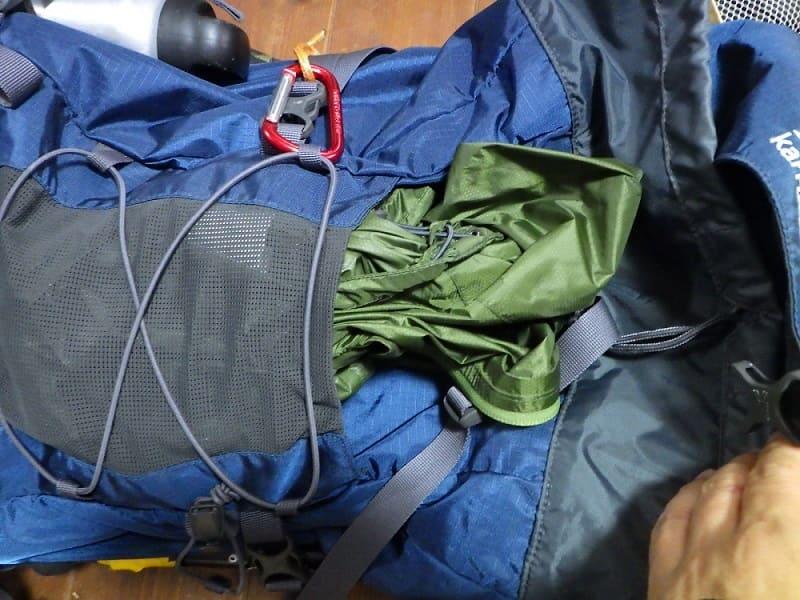 ランクス28のフロントポケットにアウトシェルジャケットを格納