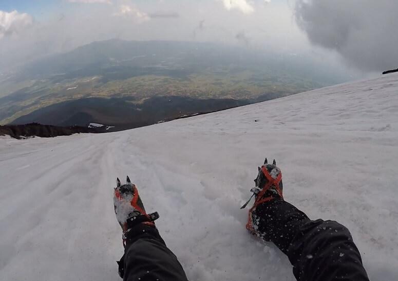 残雪期の富士山で尻セード