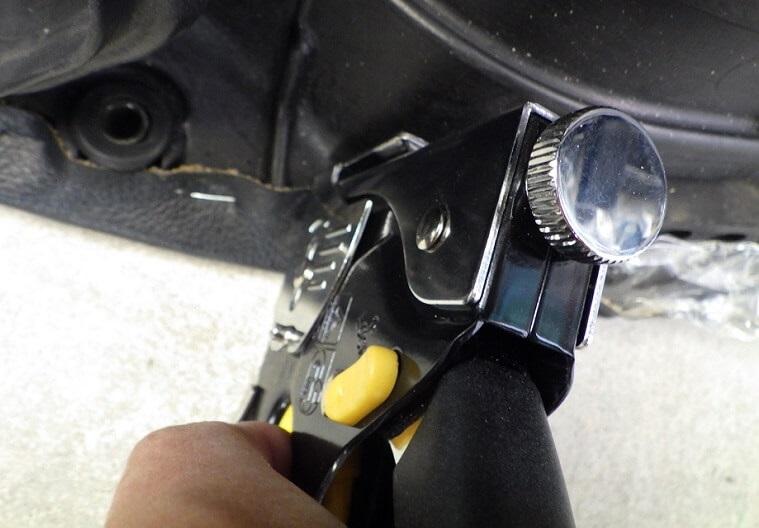 アンコ抜きの方法 シートの表皮をタッカーで留める
