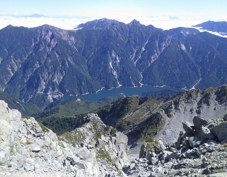 立山から黒部ダム・黒部湖を見下ろす