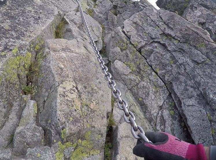 剱岳 平蔵の頭 鎖場を登る