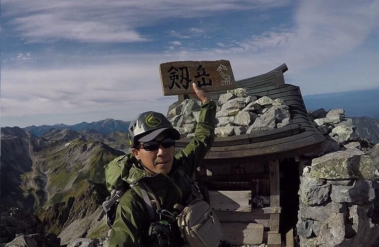 剱岳頂上でプレートを手にするflyder