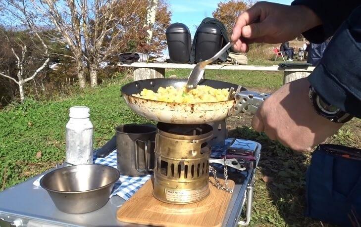 陣馬形山キャンプ 朝食の炒飯を作る