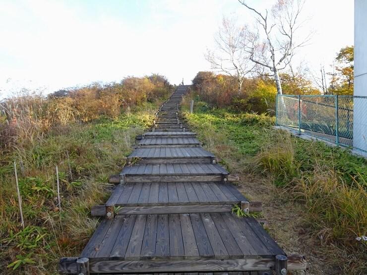 陣馬形山頂上へ続く階段